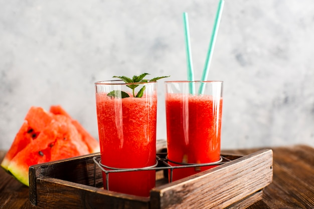 Vooraanzicht zelfgemaakt vers watermeloensap