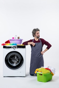 Vooraanzicht zelfverzekerde huishoudster man staande op de knie op witte achtergrond
