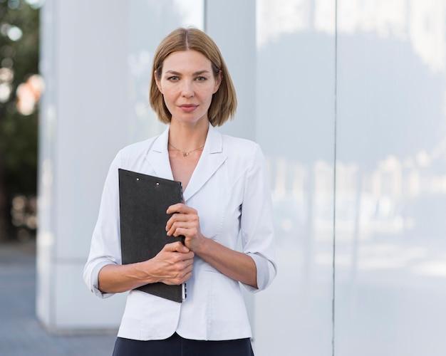 Vooraanzicht zelfverzekerde vrouw ondernemer