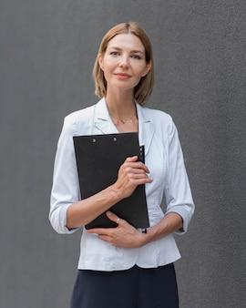 Vooraanzicht zelfverzekerde zakenvrouw