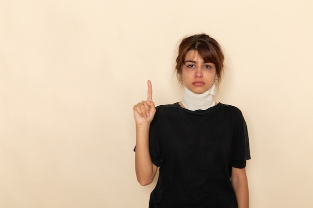 Vooraanzicht zieke jonge vrouw met hoge temperatuur en zich ziek voelen op het licht witte oppervlak