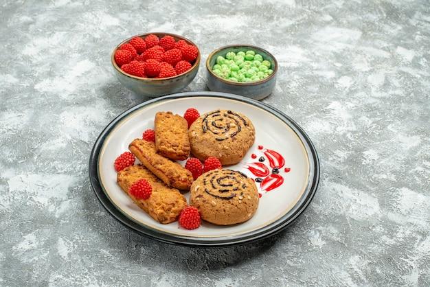 Vooraanzicht zoete cakes met suikergoed op witte ruimte