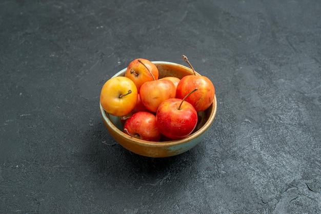 Vooraanzicht zoete kersen op donkere achtergrond fruit eten dieet vitamine