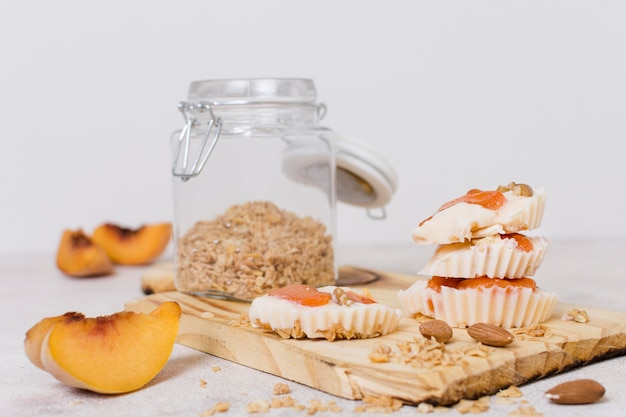 Vooraanzicht zoete koekjes met haver op tafel