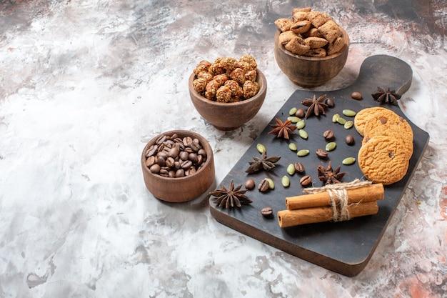 Vooraanzicht zoete koekjes met koffie en walnoten op lichte achtergrond suiker thee kleur cookie zoete cacao cake