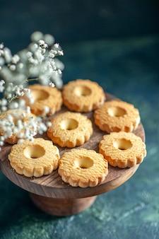 Vooraanzicht zoete koekjes op donkere ondergrond