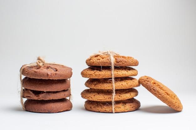 Vooraanzicht zoete koekjes op witte koekjes suiker dessert thee fotocakes
