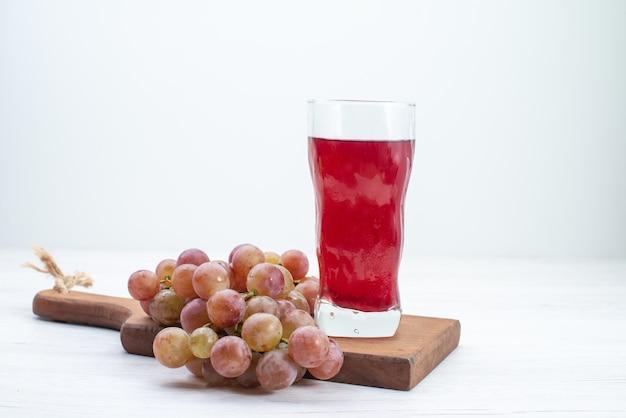 Vooraanzicht zure verse druiven met sap op wit bureau fruit verse, zachte sapdrank
