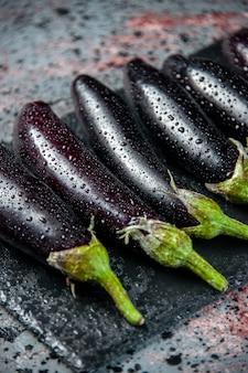 Vooraanzicht zwarte aubergines bekleed op lichte achtergrond