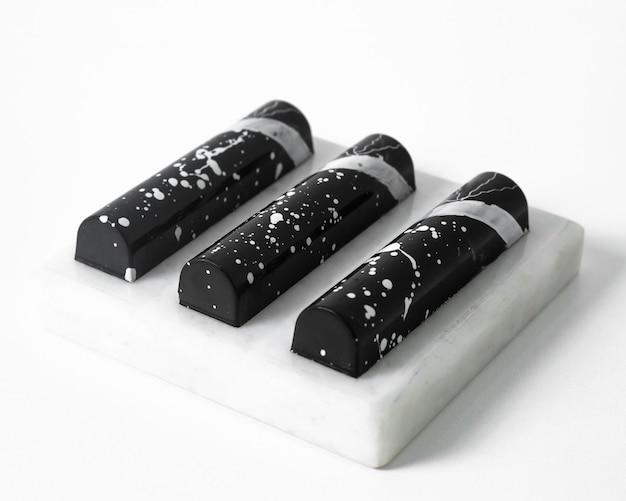 Vooraanzicht zwarte stenen tegel gevormd met witte lijnen op de witte vloer