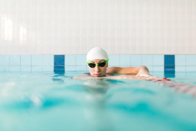 Vooraanzicht zwemmer voorbereiden om te zwemmen
