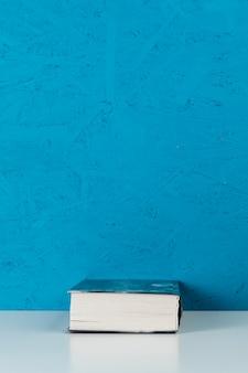Vooraanzichtboek met blauwe achtergrond