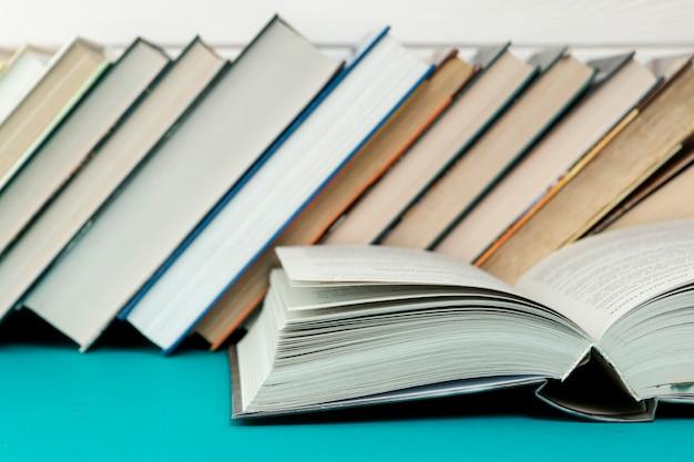 Vooraanzichtboeken op blauwe tafel