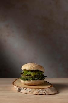 Vooraanzichtburger met guacamole en kopie-ruimte