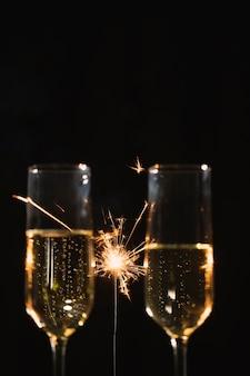 Vooraanzichtglazen met champagne op feestje