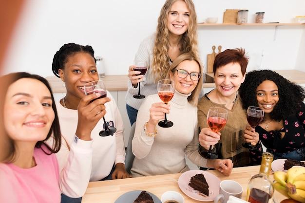 Vooraanzichtgroep mooie vrouwen die een selfie nemen