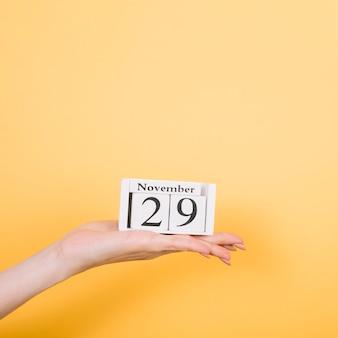 Vooraanzichthand met datum van zwarte vrijdagverkoopdag