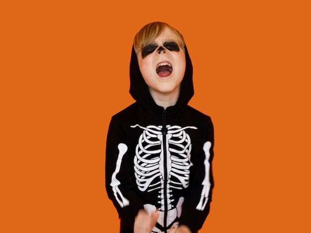 Vooraanzichtjong geitje in griezelig halloween-kostuum