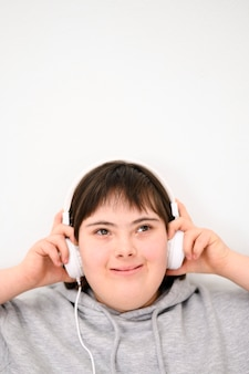 Vooraanzichtjongen die aan muziek luistert