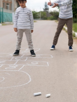 Vooraanzichtkind die hinkelspels spelen