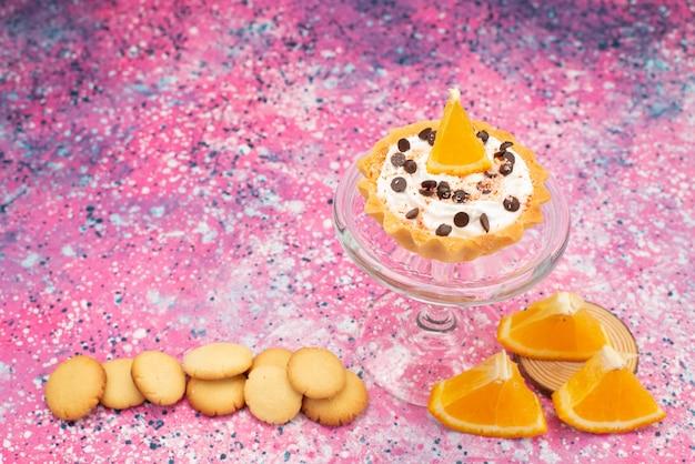 Vooraanzichtkoekjes en cake met stukjes sinaasappel op het heldere zoete van de het koekjesfruit van het oppervlaktekoekje