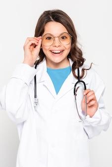Vooraanzichtmeisje dat artsenlaag draagt