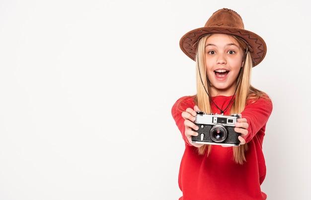 Vooraanzichtmeisje met camera