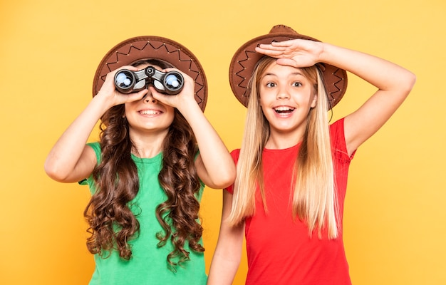 Vooraanzichtmeisjes die ontdekkingsreizigersrol spelen