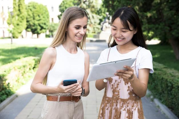 Vooraanzichtmeisjes die tablet bekijken