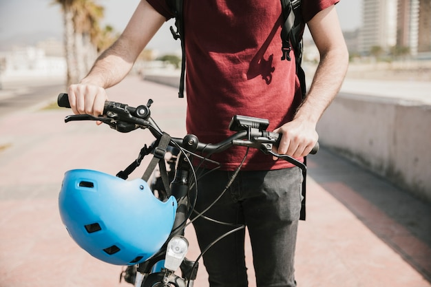 Vooraanzichtmens die naast fiets loopt