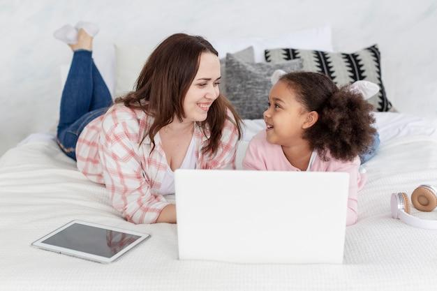 Vooraanzichtmoeder en dochter die elkaar bekijken