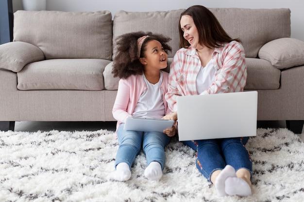 Vooraanzichtmoeder en dochter die thuis ontspannen