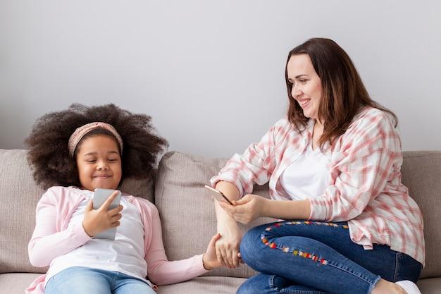 Vooraanzichtmoeder en dochter samen thuis