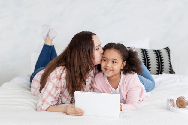 Vooraanzichtmoeder gelukkig om van huis met haar dochter te werken