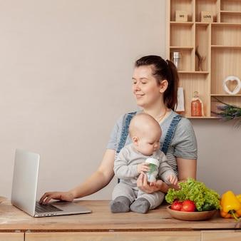 Vooraanzichtmoeder met haar kind