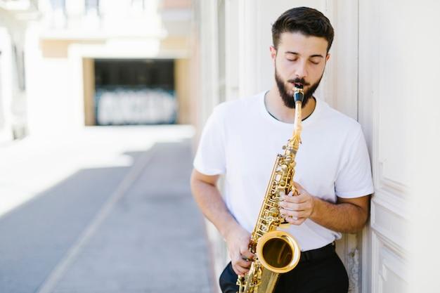 Vooraanzichtmuzikant die op straat presteert