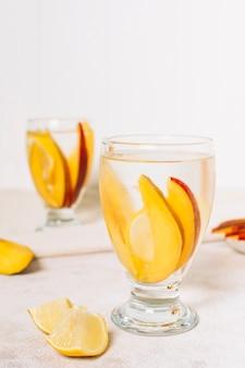 Vooraanzichtplakjes van mango in een glas
