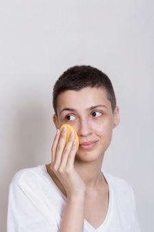 Vooraanzichtportret van vrouw die haar gezicht behandelt