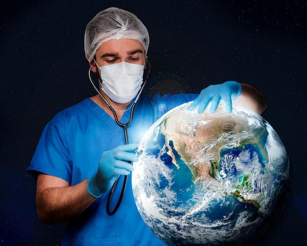 Vooraanzichtverpleegster die medische handschoenen draagt
