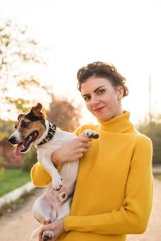 Vooraanzichtvrouw die haar hond houdt