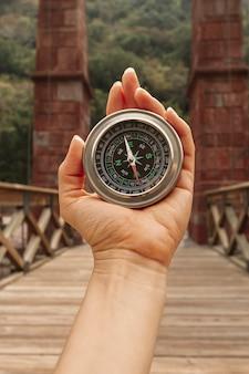 Vooraanzichtvrouw die kompas voor richtingen gebruikt