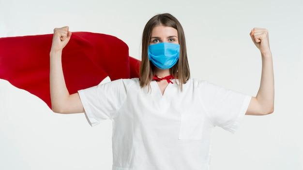 Vooraanzichtvrouw die masker draagt