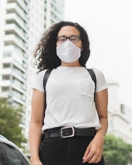 Vooraanzichtvrouw die medisch masker draagt