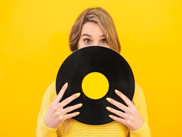 Vooraanzichtvrouw die vinyl houdt