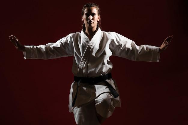 Vooraanzichtvrouw in witte eenvormige karate