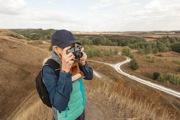 Vooraanzichtvrouw met camera openlucht