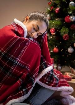 Vooraanzichtvrouw thuis met deken