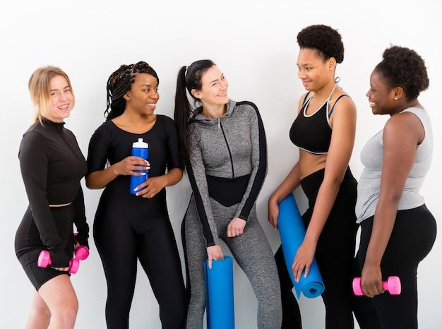 Vooraanzichtvrouwen die bij gymnastiek babbelen