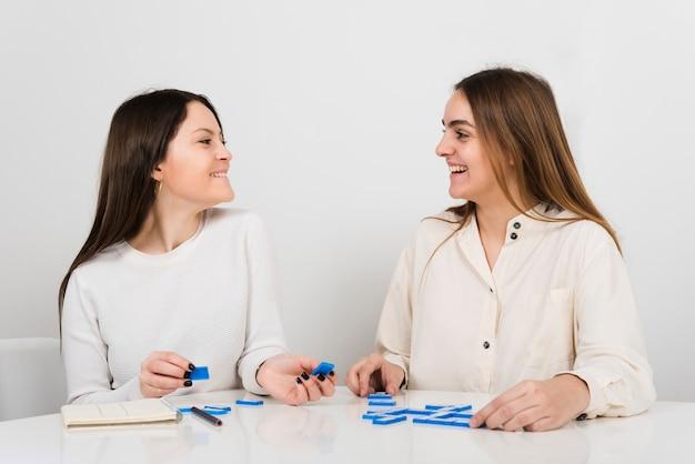 Vooraanzichtvrouwen die domino spelen