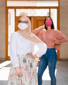 Vooraanzichtvrouwen die maskers dragen